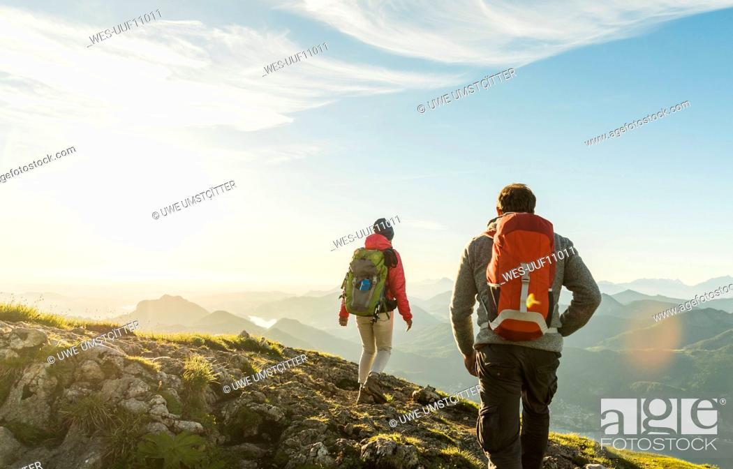 Photo de stock: Austria, Salzkammergut, Couple hiking in the mountains.