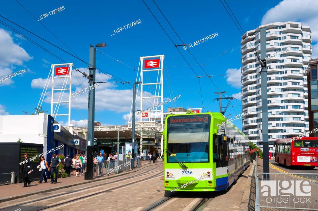 Imagen: UK, Greater London, Croydon, East Croydon Train Station, Tram and Bus stops.