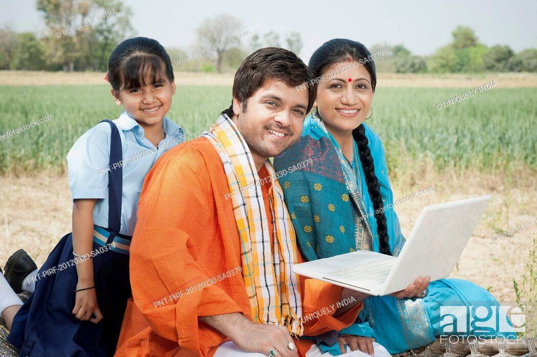 Imagen: Farmer family using a laptop, Sohna, Haryana, India.