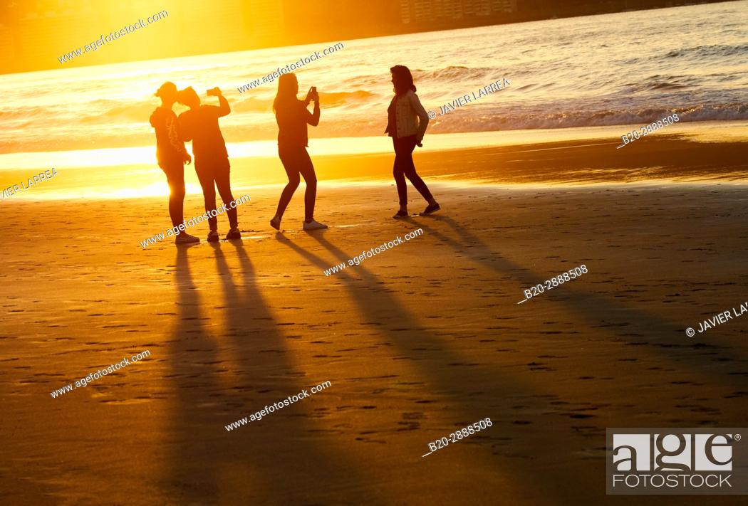 Stock Photo: Group of friends on the beach, Hendaye, Aquitaine, Pyrenees Atlantiques, France.