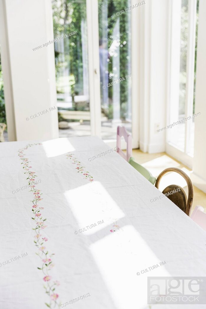 Imagen: Sunlight on dining room table with white table cloth.