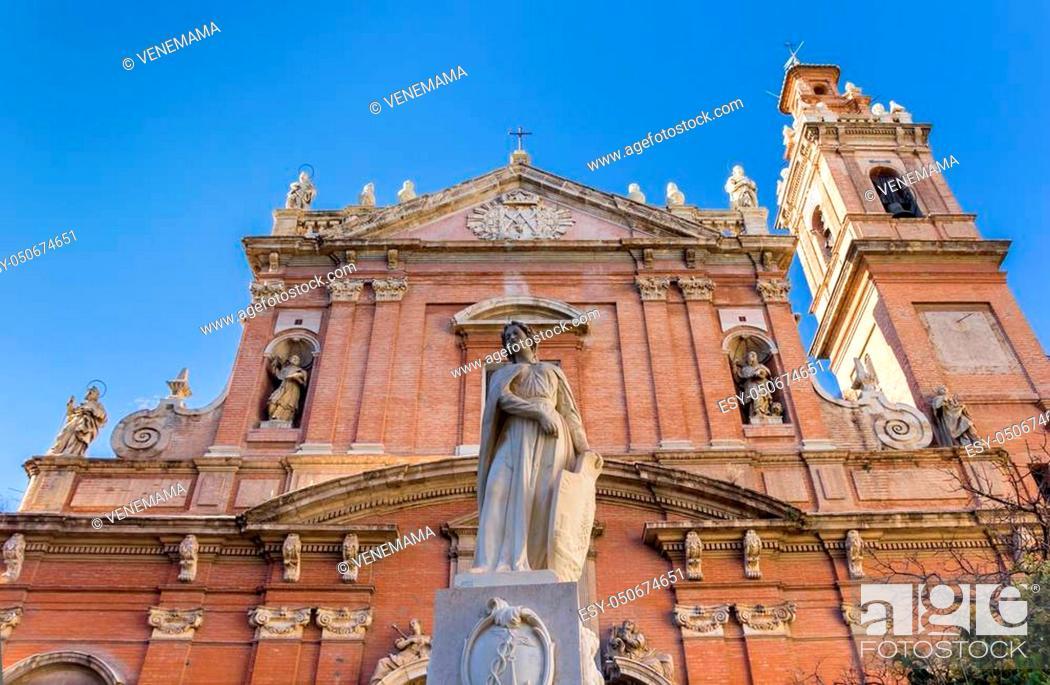 Photo de stock: Statue in front of the Santo Tomas church in Valencia, Spain.