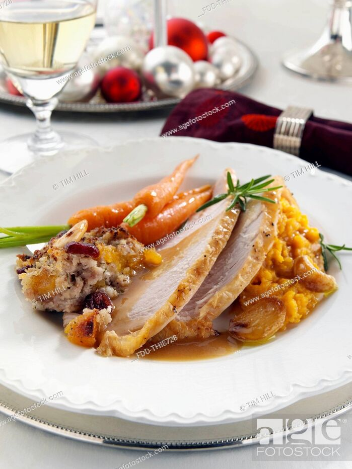 Imagen: Christmas dinner turkey stuffing carrots and mashed sweet potato.