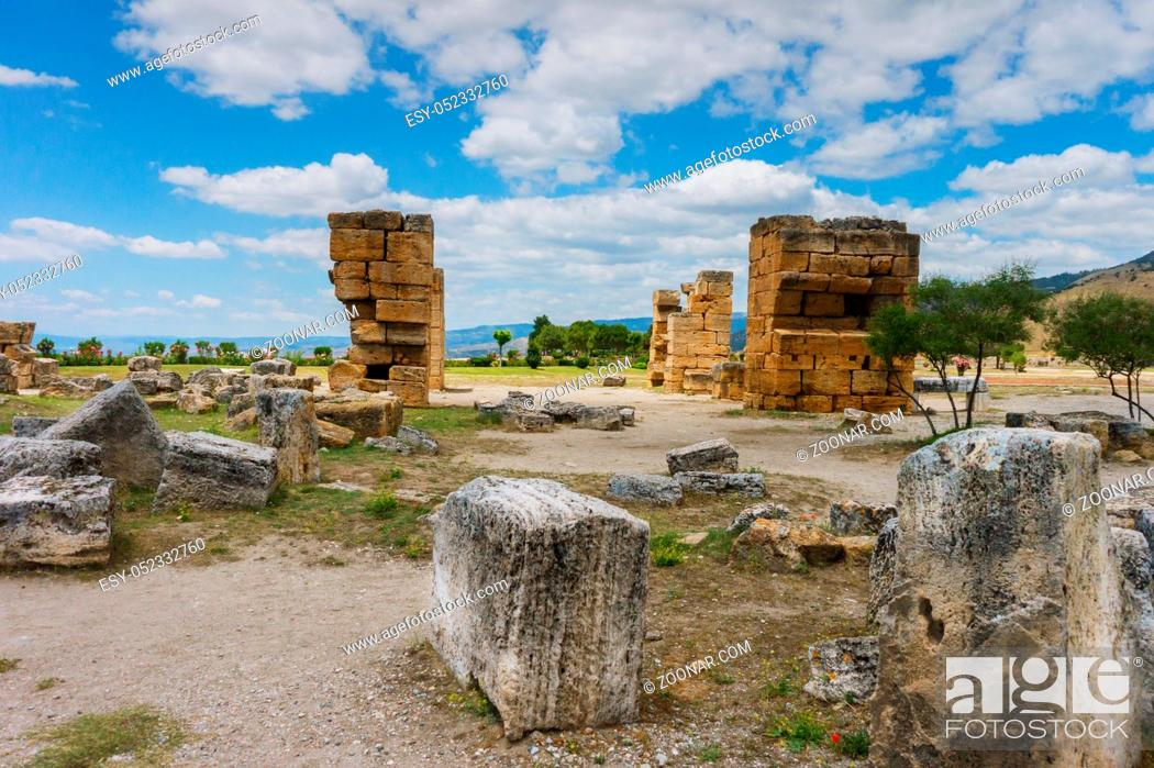 Stock Photo: View of the ruins of Heropolis near Pamukkale.