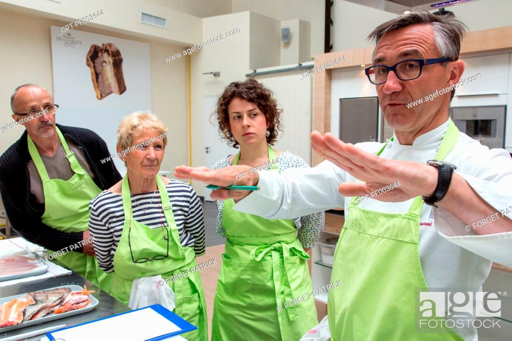 Laurent clement explains to the class the preparation of - Cours cuisine chartres ...