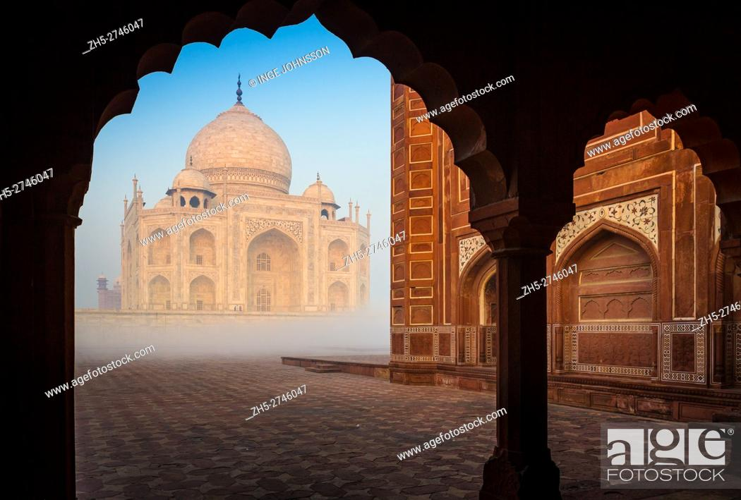 Photo de stock: The Taj Mahal is a white marble mausoleum located in Agra, Uttar Pradesh, India. It was built by Mughal emperor Shah Jahan in memory of his third wife.