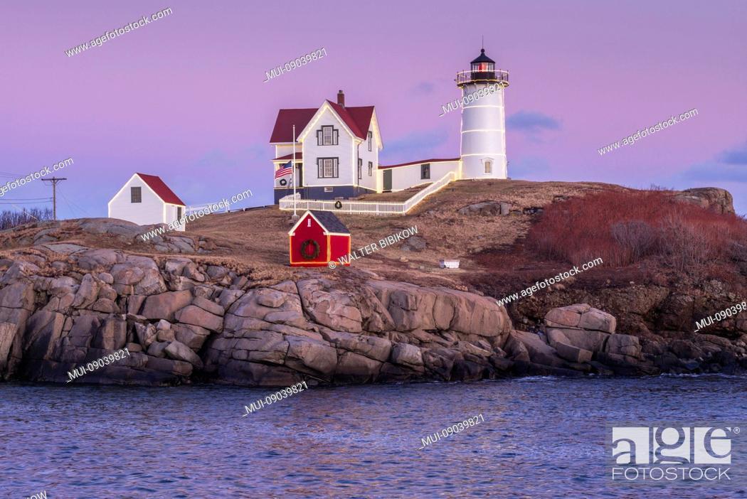 Imagen: USA, Maine, York Beach, Nubble Light lighthouse, dusk.
