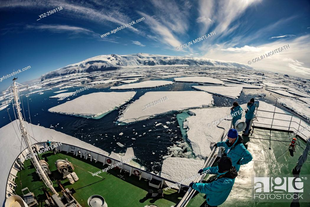 Imagen: Tourists on deck Marina Svetaeva, Coulman Island, Ross Sea.