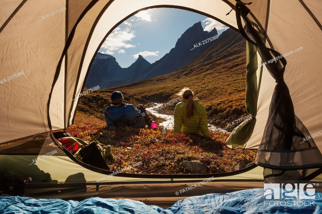 Imagen: View from inside a tent looking out at hikers and the Arrigetch creek valley, Xanadu (left) Arial and Caliban mountains, Brooks range.
