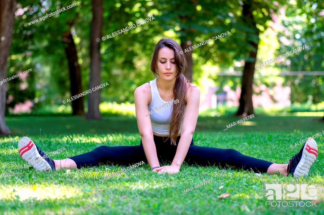 Stock Photo: Ragazza che fà ginnastica in un parco pubblico.