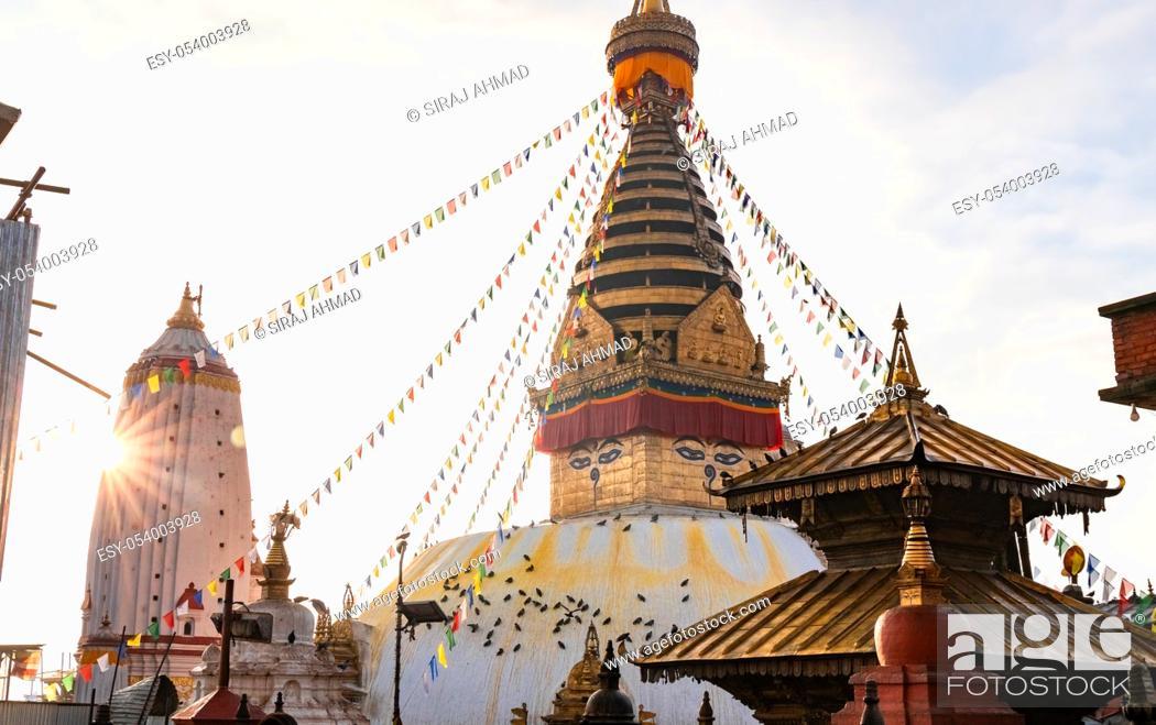Photo de stock: Swayambhunath Stupa, aka The Monkey Temple, during sunrise in Kathmandu, Nepal. A UNESCO Heritage Site. Ancient ruins and stone temples.