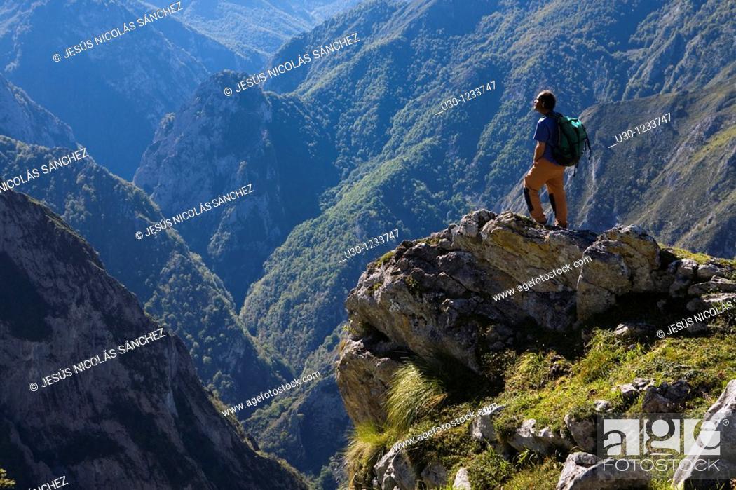 Imagen: People practice mountaineering in the Cornion massif, in the Picos de Europa National Park, Sajambre Valley, Leon, Castilla y Leon  Spain.