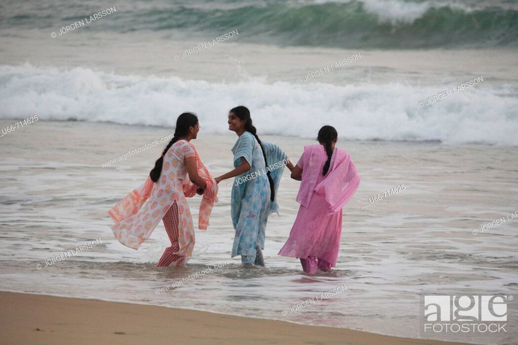 Imagen: Women bathing at Lighthouse beach, Kerala, India.