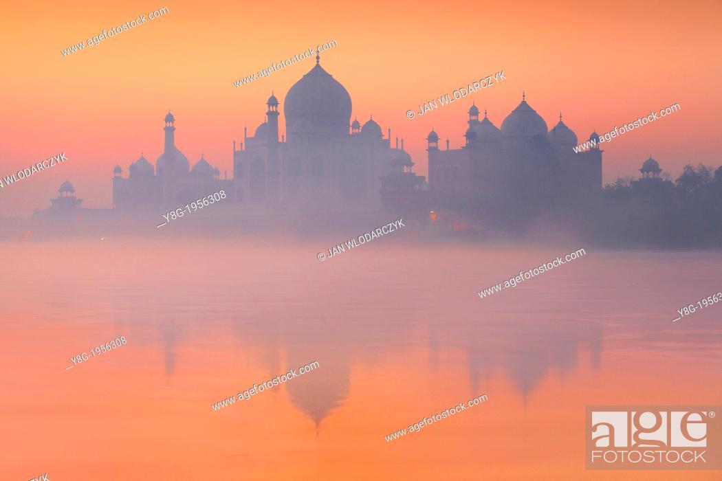 Photo de stock: Taj Mahal and Yamuna River (In 1983 Taj Mahal became a UNESCO World Heritage Site), Agra, Uttar Pradesh, India.