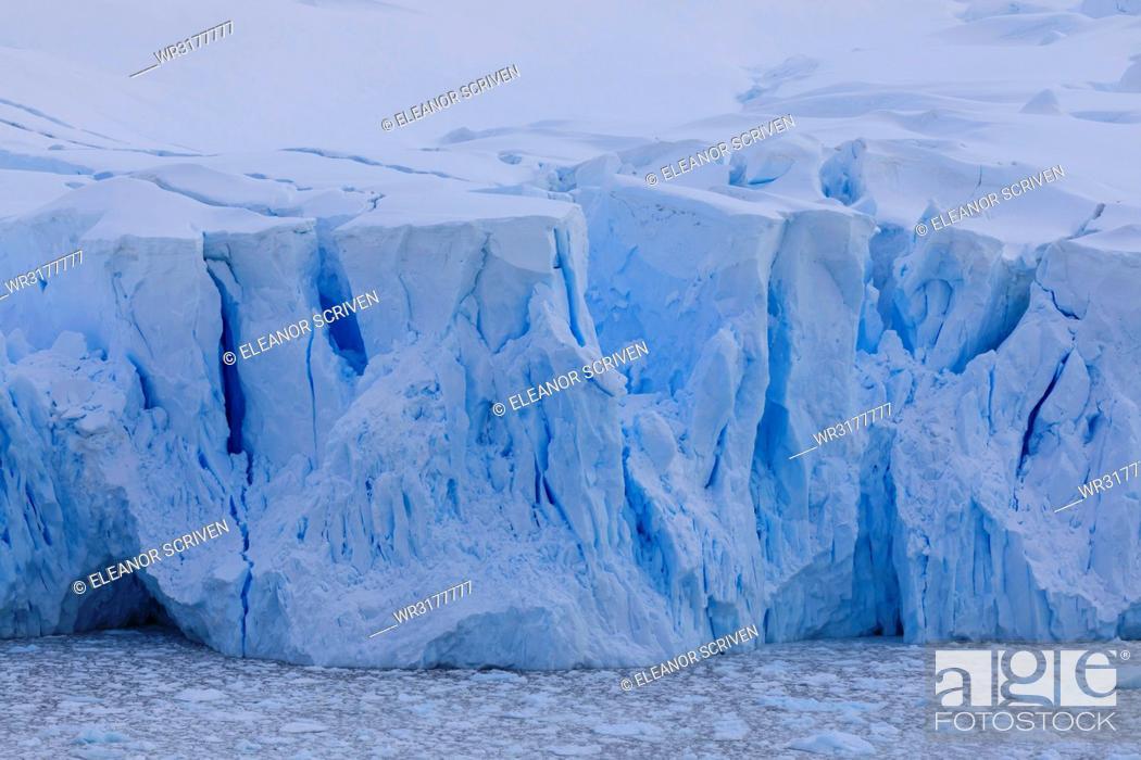 Imagen: Blue glacier overlook, with crevasses and brash ice filled bay, early morning, Neko Harbour, Antarctic Continent, Antarctica, Polar Regions.