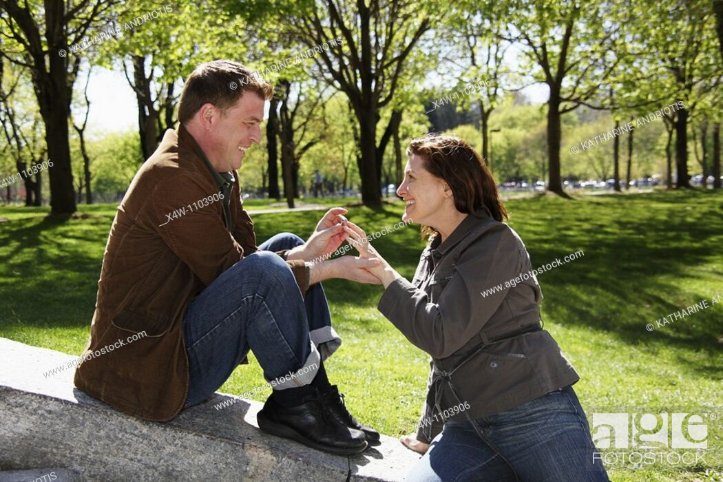 Imagen: Man proposing to woman on a beautiful sunny day in a park.