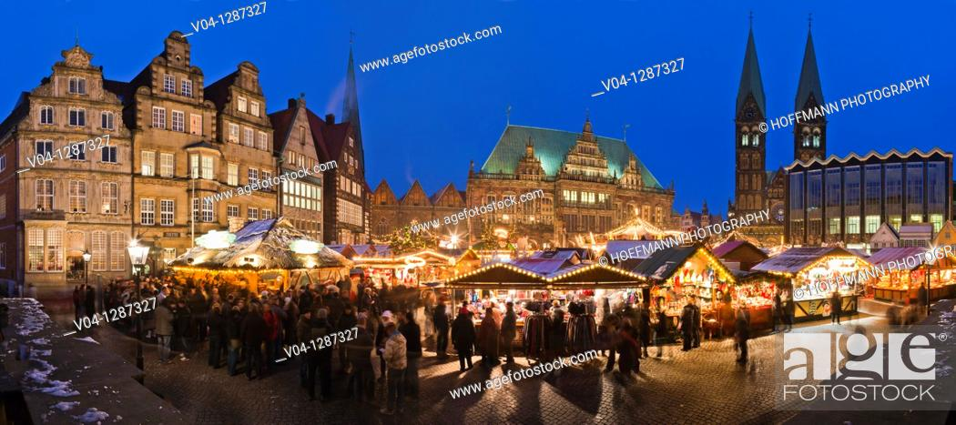 Imagen: Panoramic view over the christmas market at dusk in Bremen, Germany, Europe.