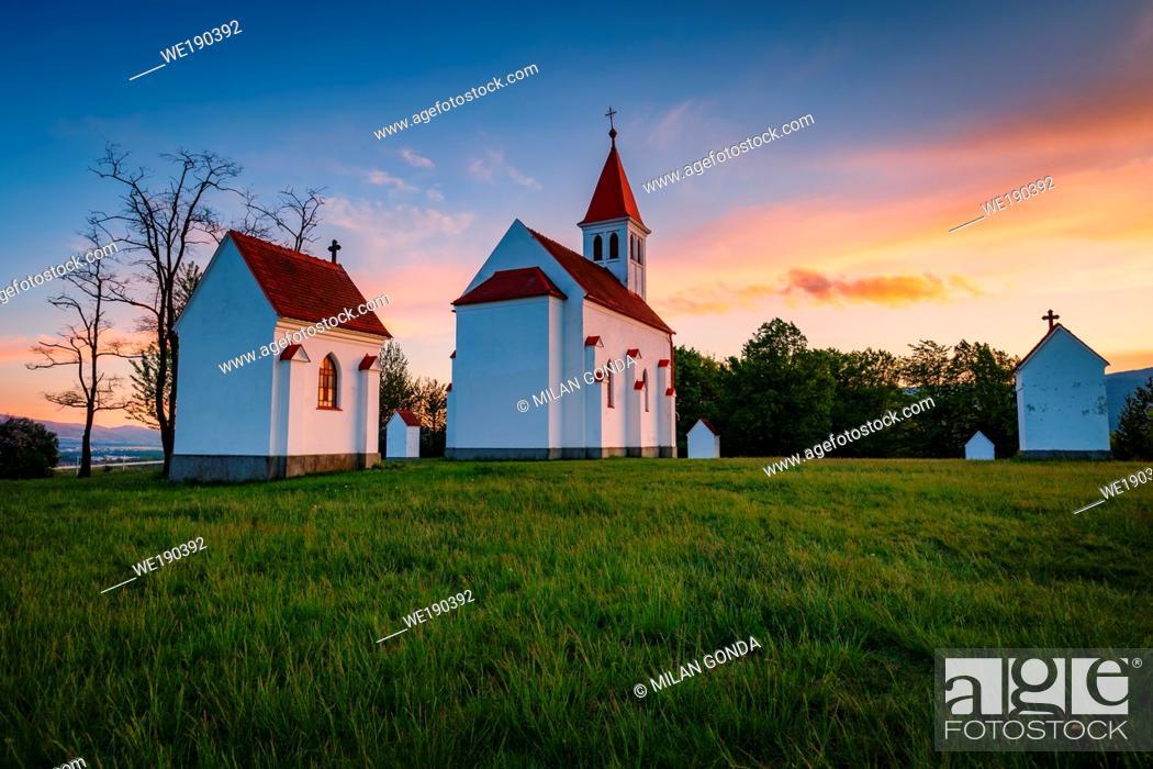 Imagen: Neo-Gothic calvary near Nitrianske Pravno, Slovakia.