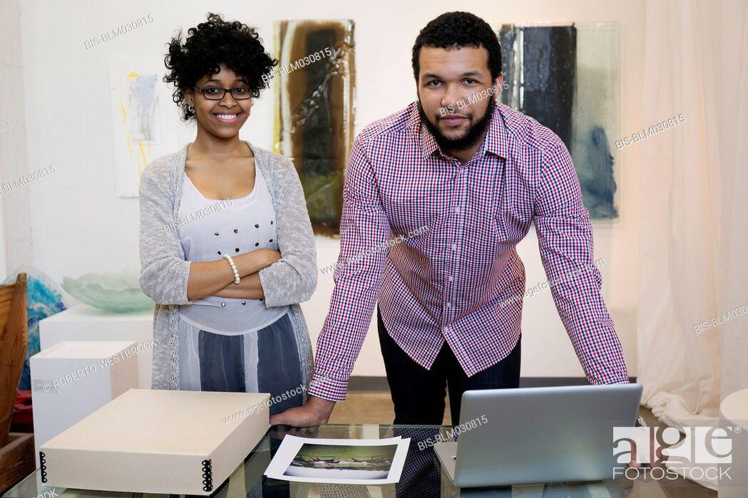 Imagen: Business people working in art gallery.