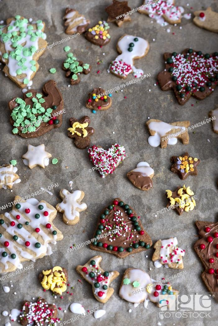 Stock Photo: 10 December 2020, Saxony-Anhalt, Magdeburg: Homemade Christmas cookies. Photo: Stephan Schulz/dpa-Zentralbild/ZB. - Magdeburg/Saxony-Anhalt/Germany.