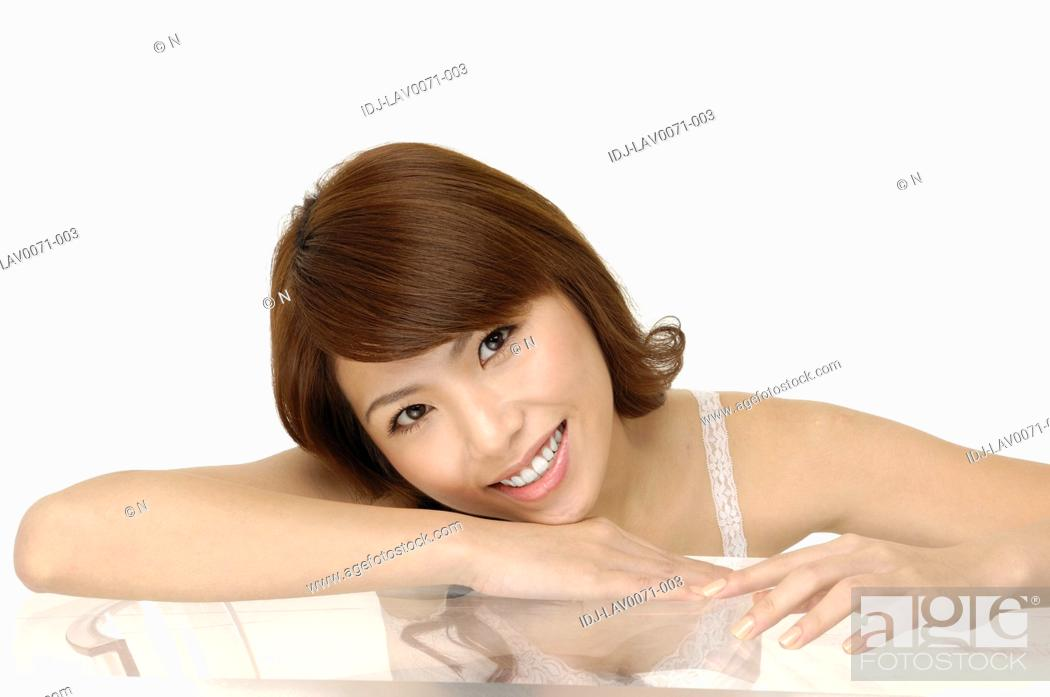 Imagen: Portrait of a fresh and lovely woman smiling.