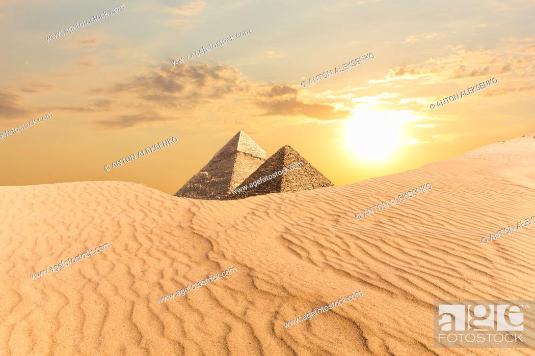 Imagen: The Pyramid of Khafre and the Pyramid of Menkaure, view from sand-dunes in Egypt.