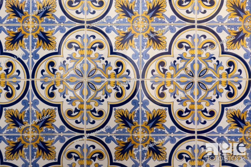 Imagen: Tile in Tavira, Portugal.