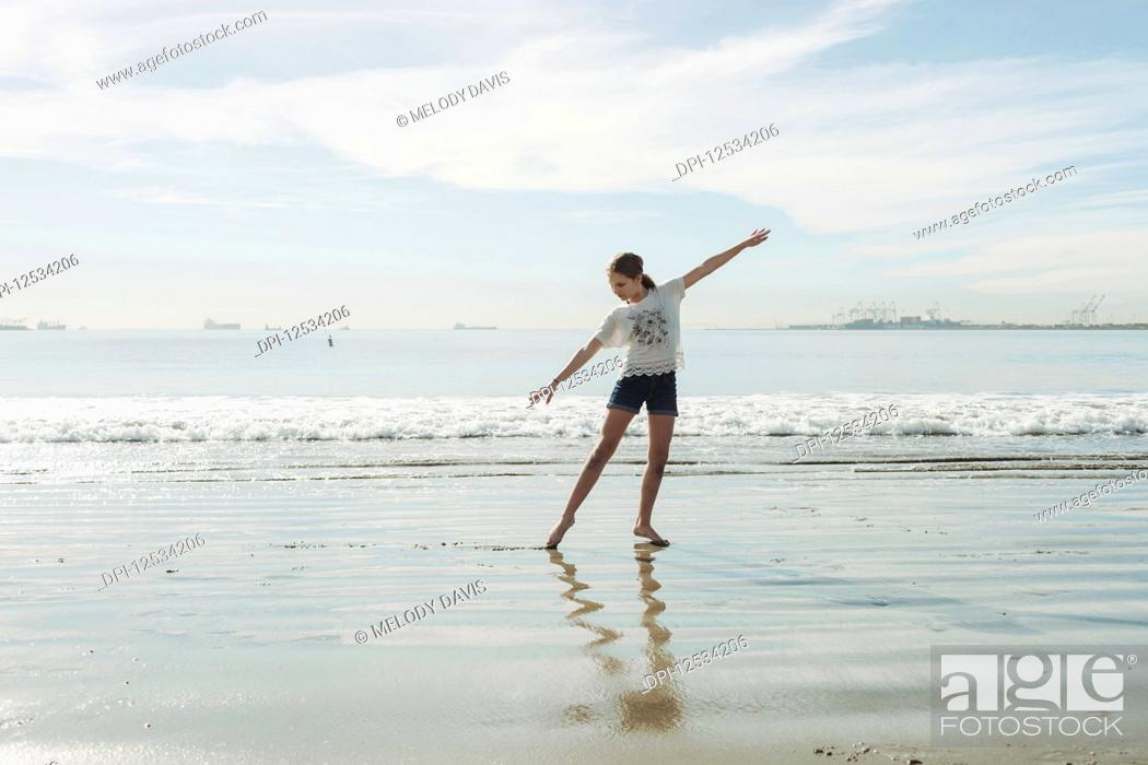 Imagen: A girl in a dance pose at the beach; Long Beach, California, United States of America.