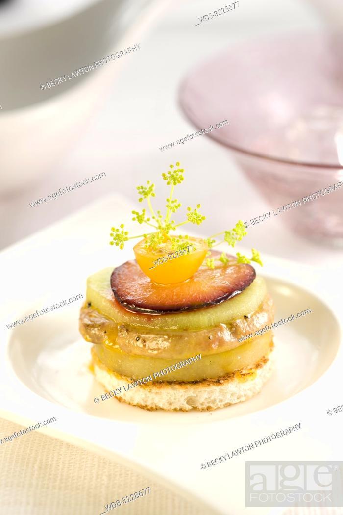 Stock Photo: Canapé de milhojas de foie con patata, kiwi y ciruelas.