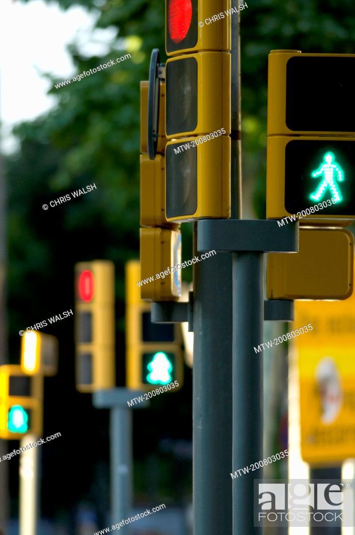Imagen: Traffic lights green figure crossing pedestrian.