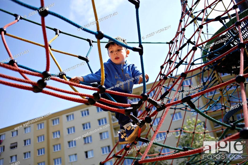 Imagen: A boy on the playground CTK Photobank / Josef Horazny , MR.