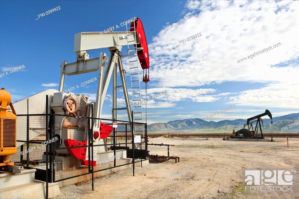 Imagen: Oil wells w pumps-Kern Co. CA H.
