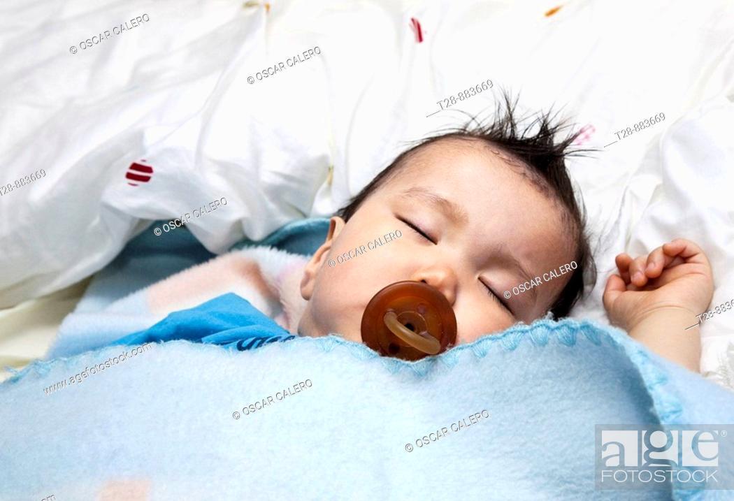 Stock Photo: bebe durmiendo placidamente.