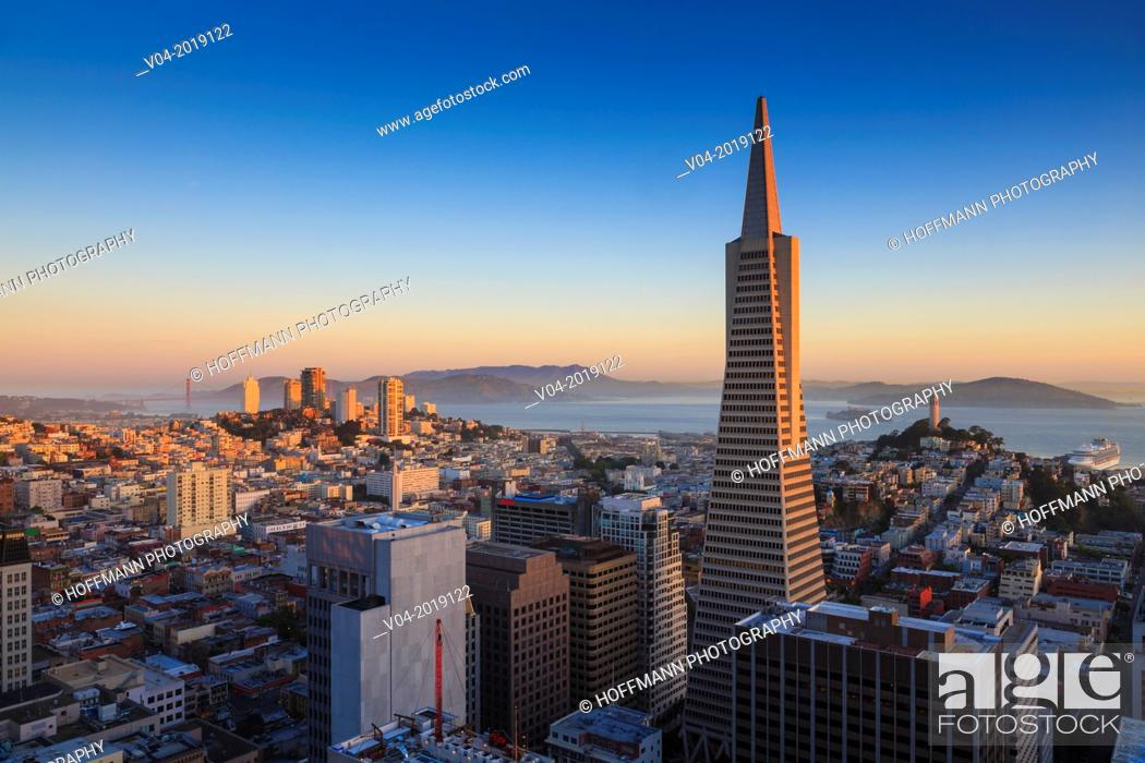 Imagen: San Francisco skyline with Transamerica Pyramid with Golden Gate Bridge in the background at sunrise, California, USA.
