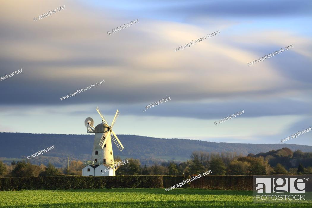 Imagen: Llancayo Windmill near Usk in Monmouthshire, Wales, captured on an evening in late Ocober. A long exposure was utilised to blur the movement in the fast moving.