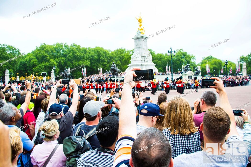 Imagen: Thousands of tourists are taking photos of the British Royal guards perform the Changing of the Guard in Buckingham Palace, London, England, UK.