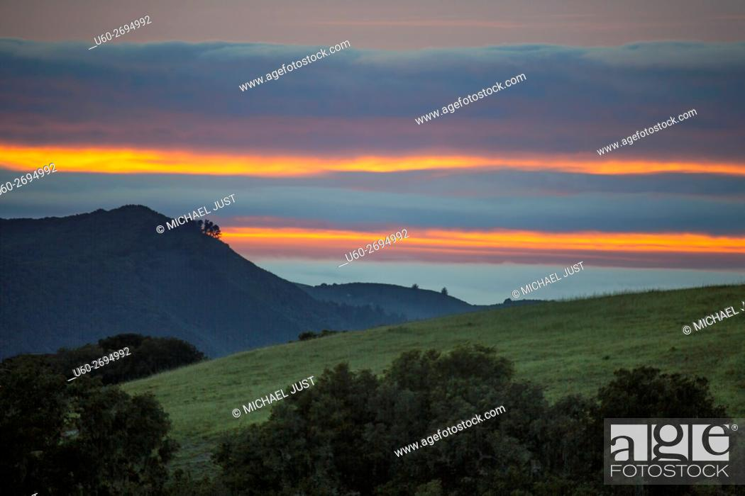 Imagen: The sun sets beyond the approaching marine layer at Carmel Valley, California.