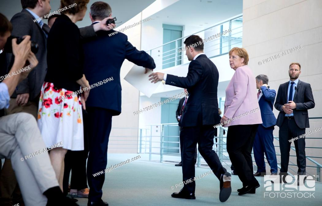 Imagen: 18 June 2019, Berlin: Federal Chancellor Angela Merkel (CDU) and Volodymyr Selensky, President of Ukraine, leave the room at the Federal Chancellery after a.