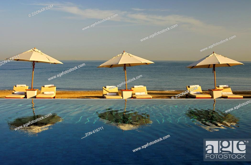 Stock Photo: Sonnenschirme zwischen Swimmingpool und offenem Meer, Hotel Chedi, Maskat, Sultanat Oman / Sunshades between the swimming pool and the open sea, Chedi Hotel.