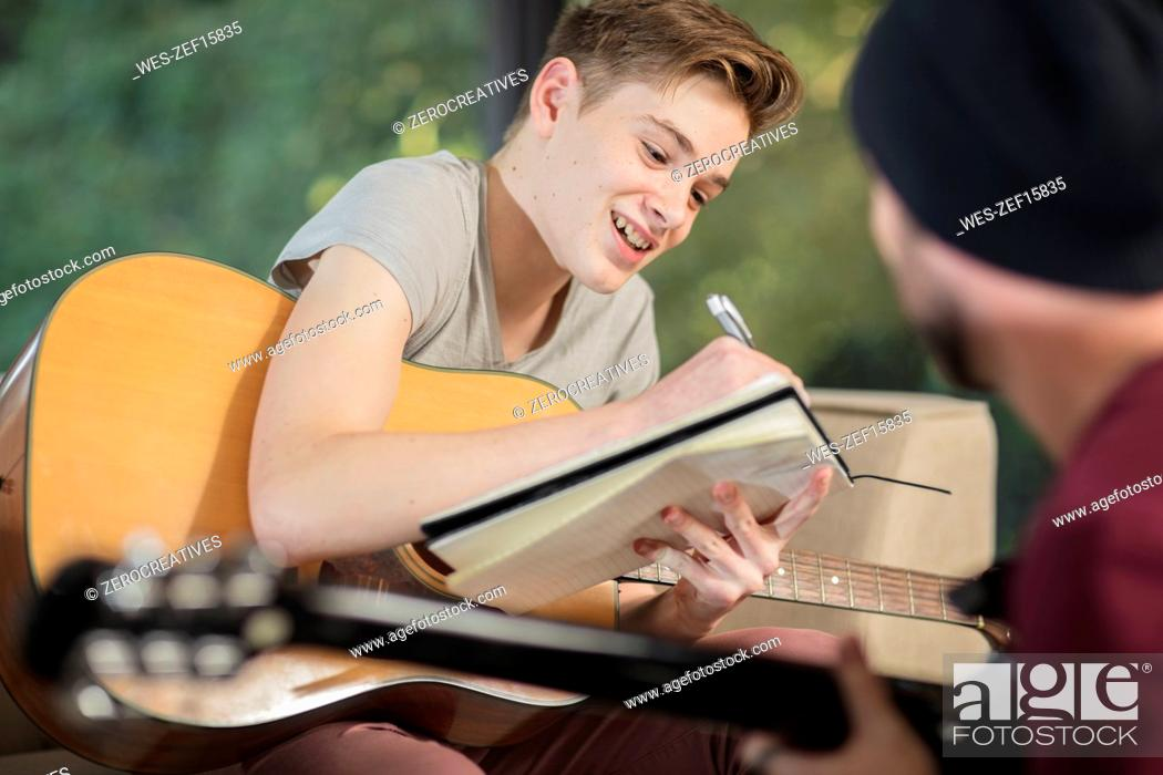 Imagen: Musician teaching student how to play guitar.