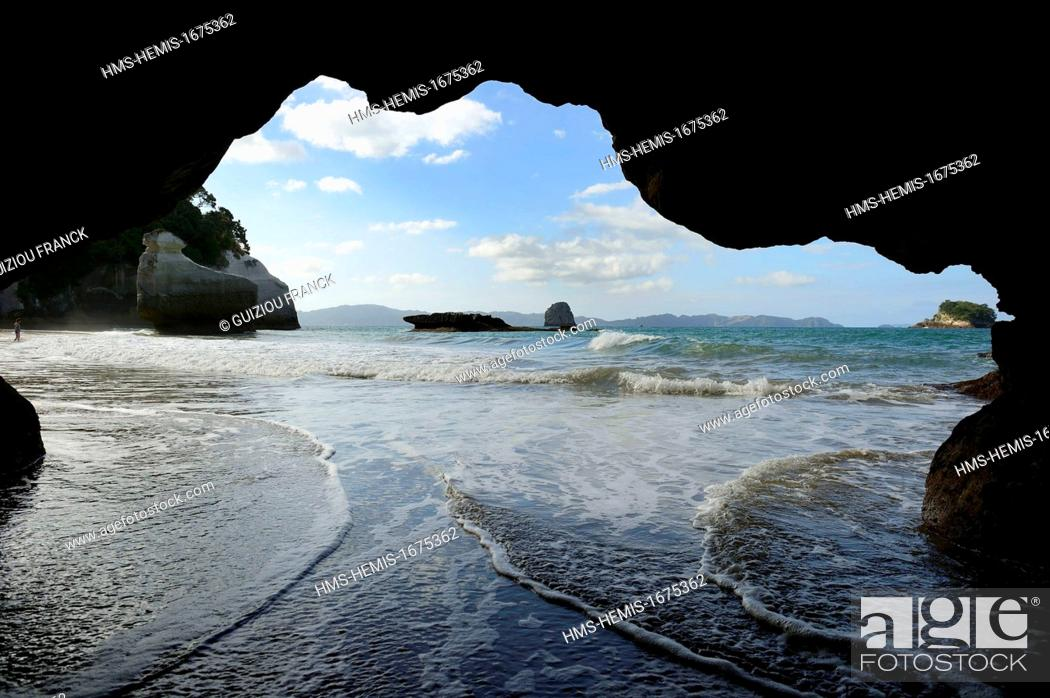 Stock Photo: New Zealand, North island, Coromandel peninsula, the naturally formed archway of Cathedral Cove near Hahei.