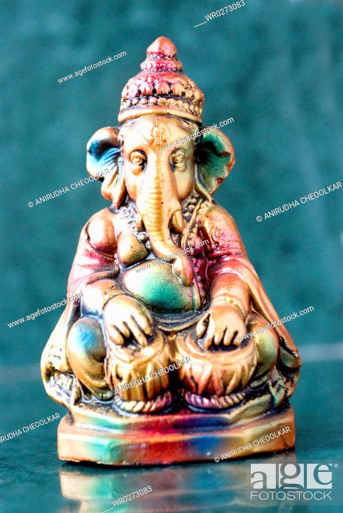 Imagen: Lord Ganesha ganpati plaster Idol sitting colourful playing pair of tabla dagga Indian timpani musical Instrument.