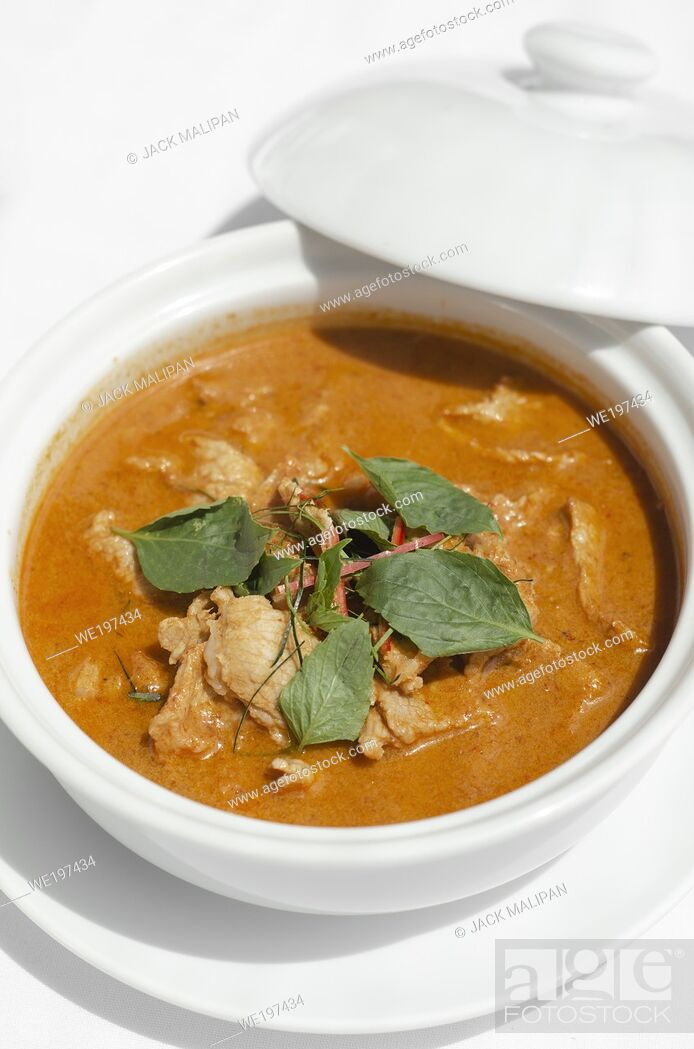 Imagen: thai spicy panang pork curry with coconut milk on restaurant table in Phuket Thailand.
