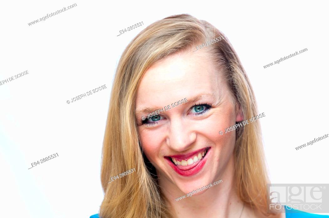 Imagen: A happy 25 year old blond woman smiling at the camera.