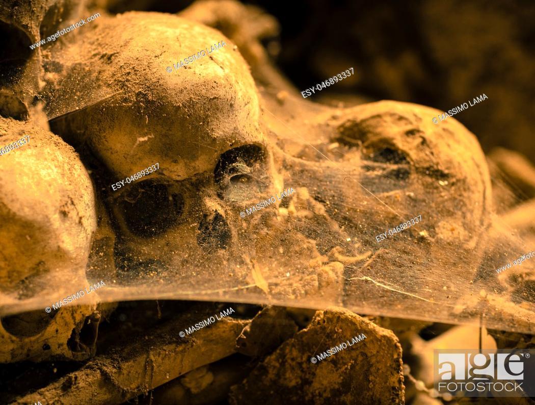 Imagen: Dark ages, skulls in cemetery, Naples.