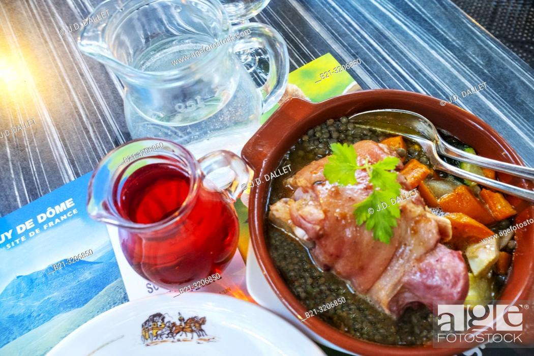 """Imagen: France, Auvergne, Puy de Dôme, Food: """"""""Jarrotin aux lentilles vertes"""""""" (eisbein pork with green linses)."""