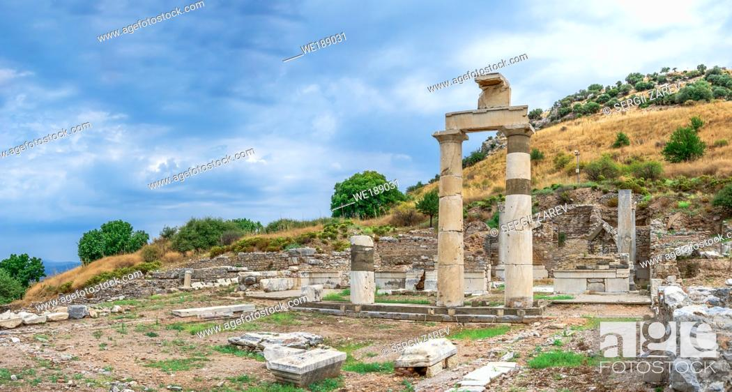 Imagen: Prytaneion ruins near the State Agora in antique Ephesus city, Turkey, on a sunny summer day.