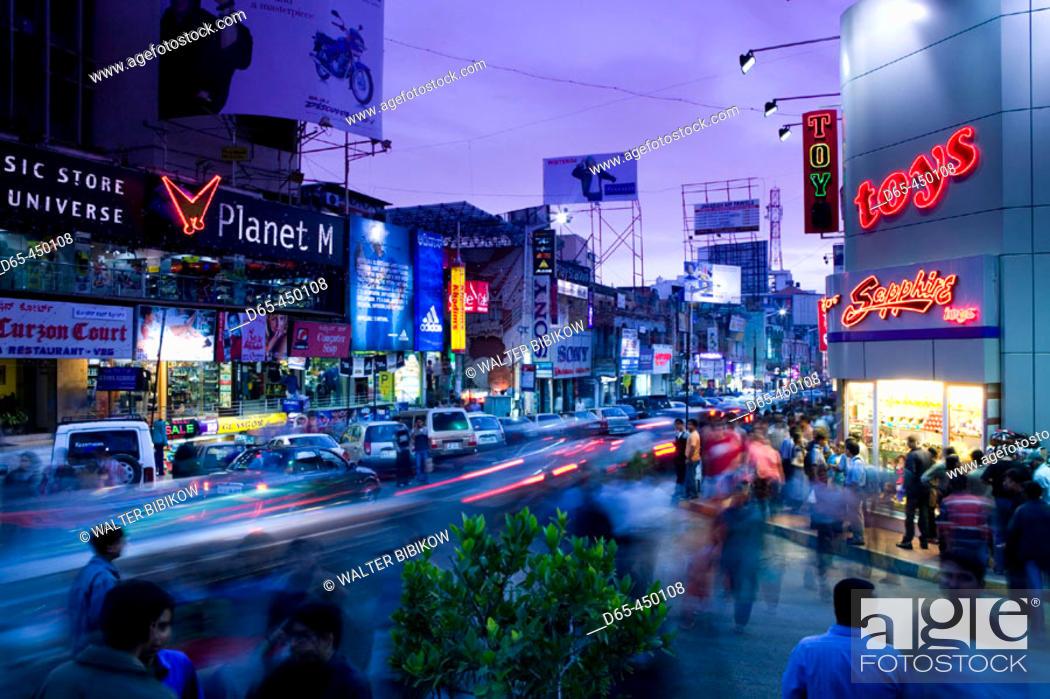 Photo de stock: Brigade Road. Main Shopping Street. Evening. Bangalore. Karnataka. India.