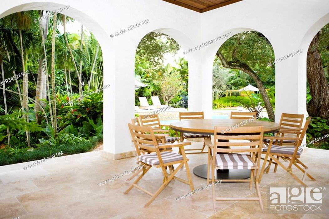 Photo de stock: Table with chairs in a patio.