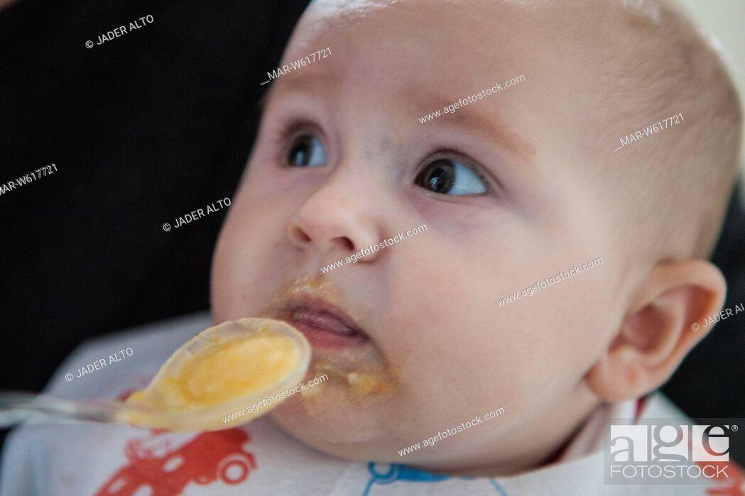 Stock Photo: neonata di 6 mesi mangia la pappa.